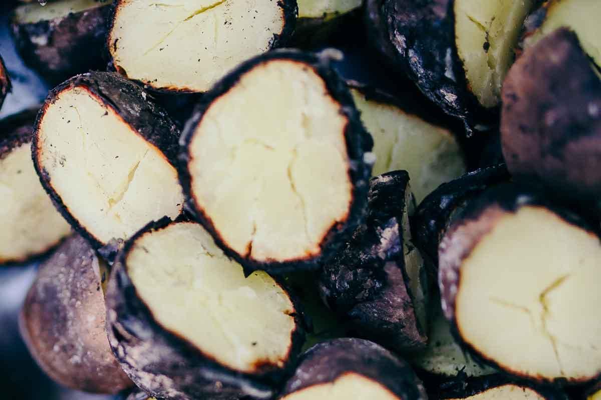 Ugunī cepti kartupeļi ar skābā krējuma, plaucētu nātru un skābeņu mērci