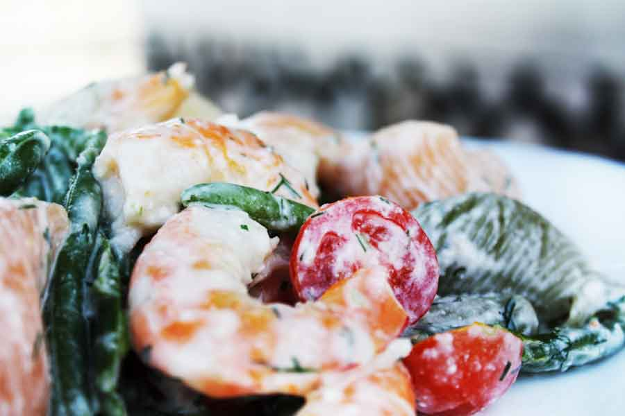 Siltie garneļu, pastas un dārzeņu salāti ar Philadelphia krēmsiera mērci