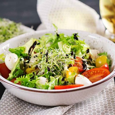 Dārzeņu salāti ar mocarellas sieru