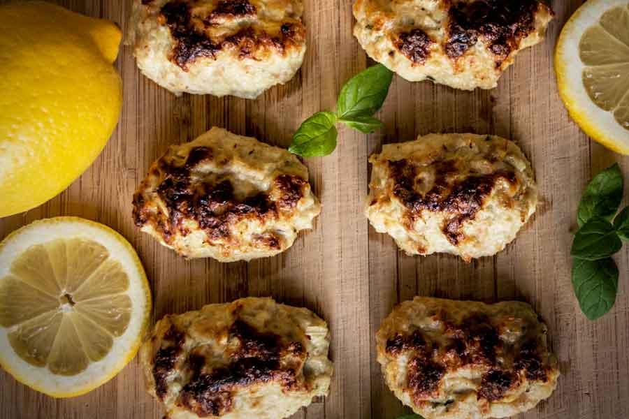 Cāļa gaļas un biezpiena kotletītes ar citronu un piparmētru