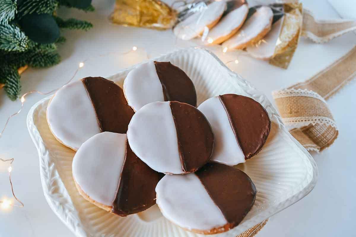 Melnbaltie biskvīta cepumi ar glazūru