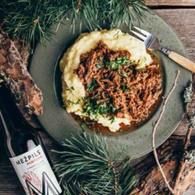 Plucinātā jēra gaļa ar pastinaku un kartupeļu biezeni