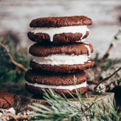 Tumšās šokolādes cepumu un saldējuma sendviči